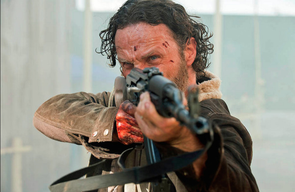 1 The Walking Dead S5E1 No Sanctuary Rick Grimes Gun
